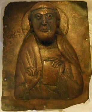 La châsse du cloaque : analyse de fragments d'appliques médiévales